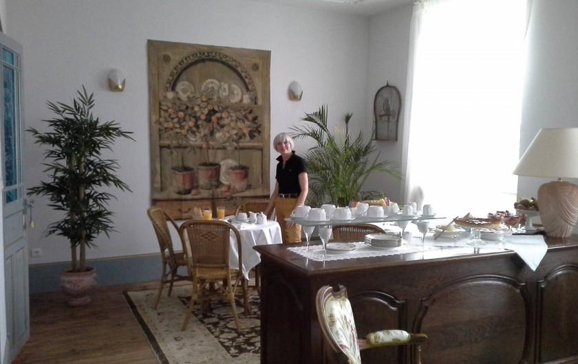 Location de vacances - Chambre d'hôtes à Saint-Trivier-de-Courtes - La salle des petits déjeuners et le coin salon.
