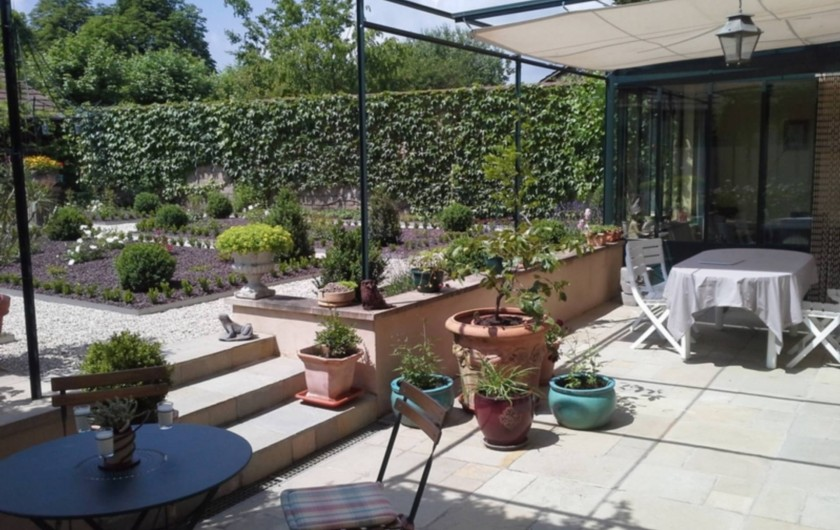Location de vacances - Chambre d'hôtes à Saint-Trivier-de-Courtes - La terrasse agréable dés les beaux jours