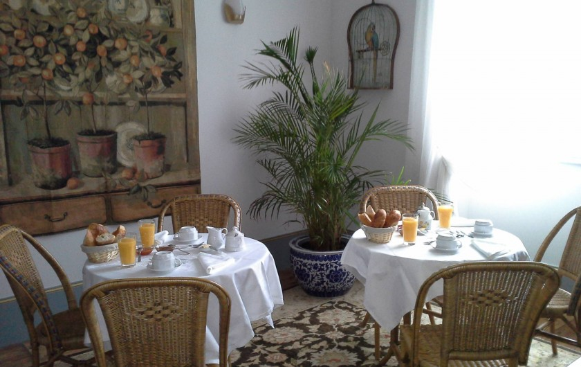 """Location de vacances - Chambre d'hôtes à Saint-Trivier-de-Courtes - La salle """"dés Potron-minet"""" où sont servis les petits déjeuners le matin."""
