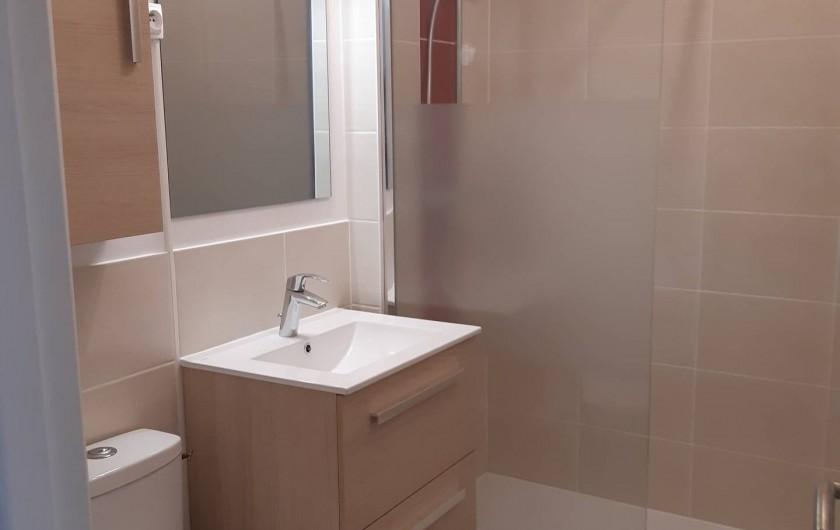 Location de vacances - Studio à Dinard - salle d'eau avec WC