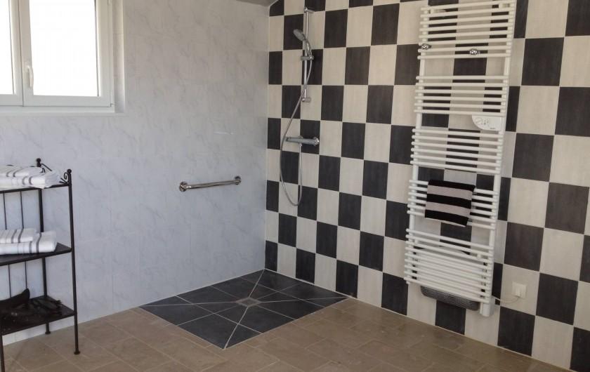 Location de vacances - Chambre d'hôtes à Messas - Grande salle de bain privée accessible PMR.