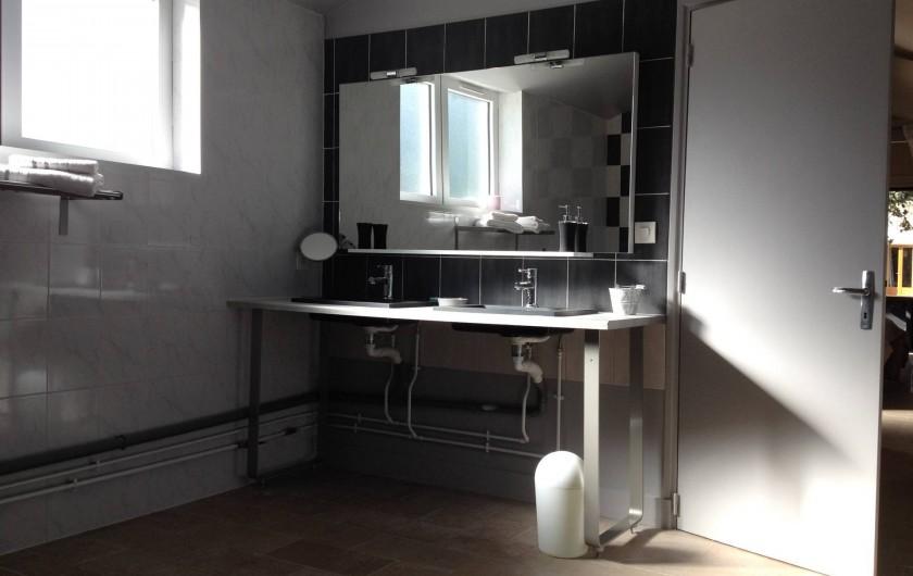 Location de vacances - Chambre d'hôtes à Messas - Double vasque.