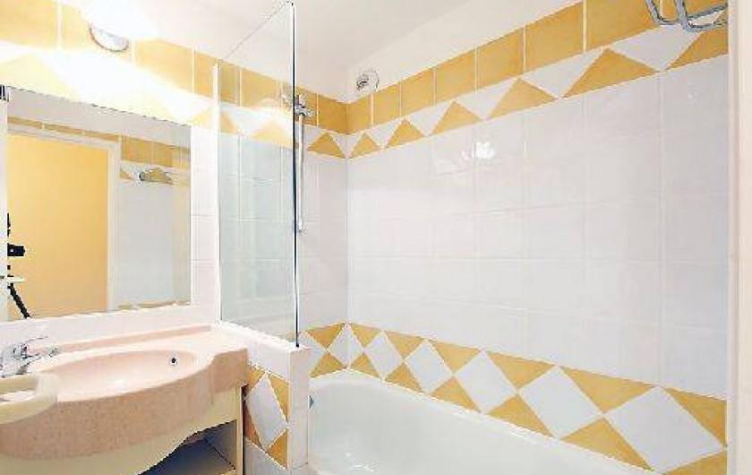 Location de vacances - Appartement à Cannes - une des deux  salles de bain