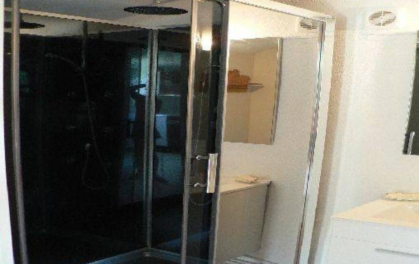 Location de vacances - Gîte à Saint-Maurice-d'Ibie - Salle d'eau avec douche jaccuzzi