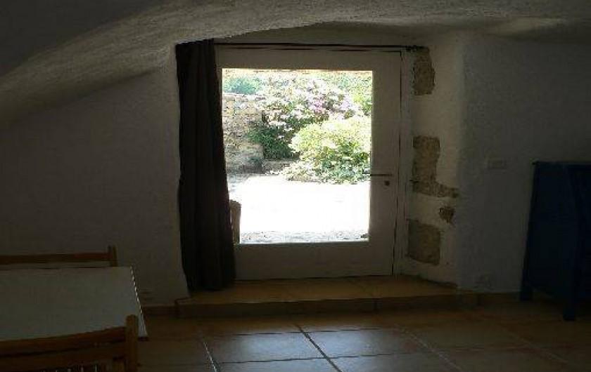 Location de vacances - Gîte à Saint-Maurice-d'Ibie - Entrée du gîte avec vue sur cour