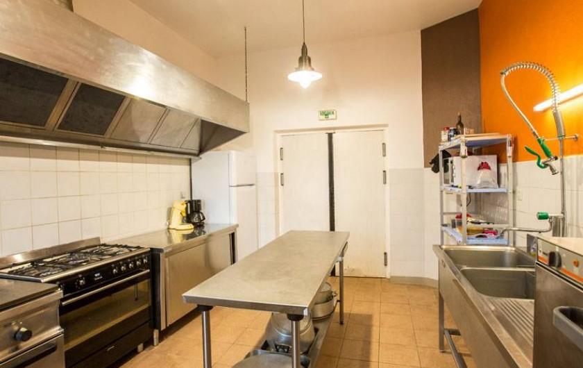 Location de vacances - Gîte à Castanet-le-Haut - la cuisine professionnelle de 25m²pour la location de 15 personnes