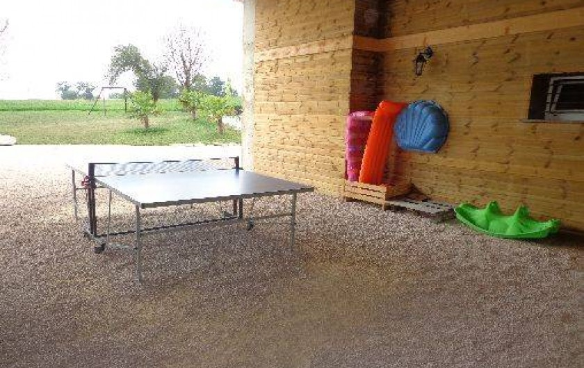 Location de vacances - Villa à Berdoues - table de ping-pong dans hagard