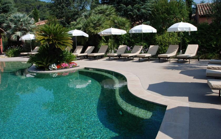 Location de vacances - Villa à Carros - Superbe piscine-lagon et sa banquette immergée