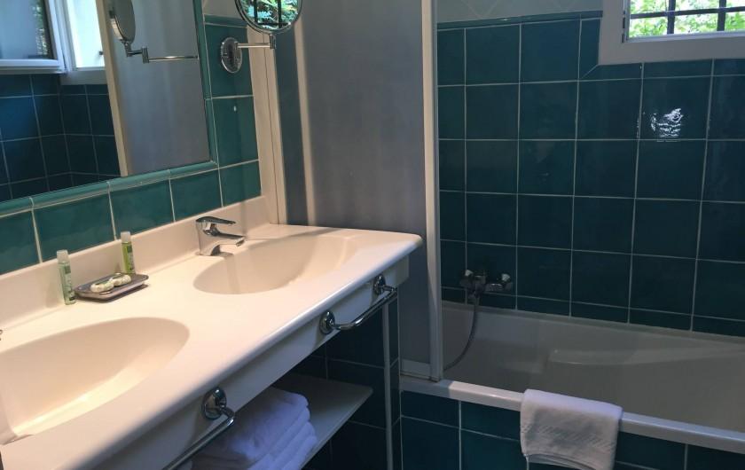 Location de vacances - Villa à Carros - Salle de bain parentale, sèche-cheveux, sèche serviettes et WC