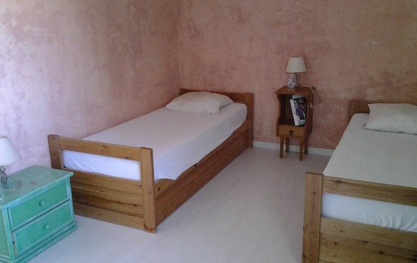 Location de vacances - Villa à Sainte-Maxime - Une des chambres de l'étage.