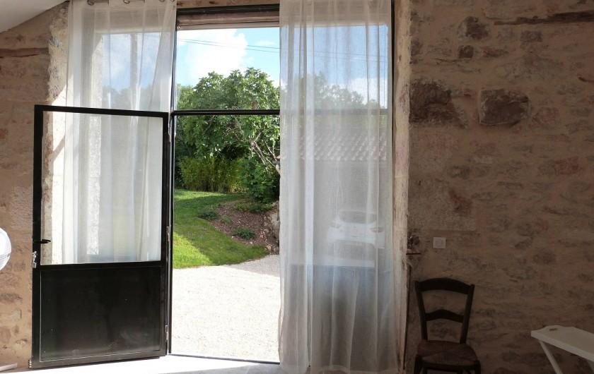 Location de vacances - Maison - Villa à Esclauzels - Vue sur la cour et jardin de la chambre La Forge