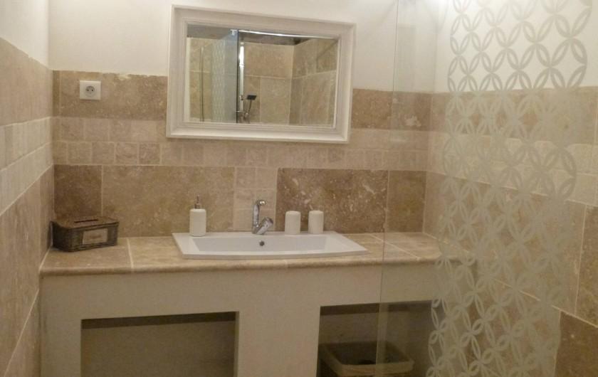 Location de vacances - Maison - Villa à Esclauzels - Salle de Bain de la chambre d'hôte La Quercynoise 1 vasque et une douche