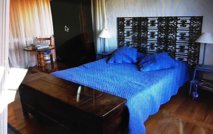 Location de vacances - Maison - Villa à Calvignac - Grande chambre bleue vue sur le Lot