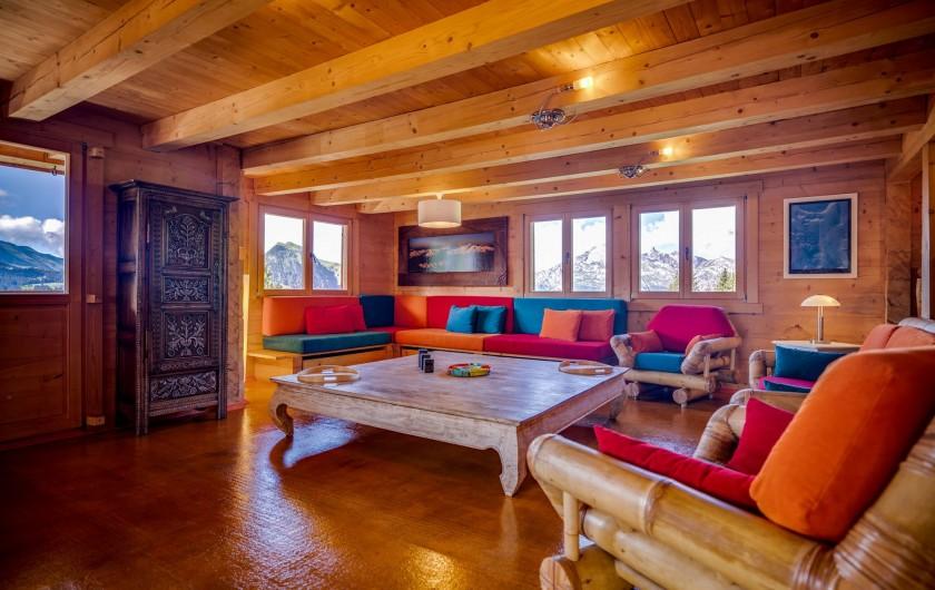 Location de vacances - Chalet à Manigod - Grand salon confortable avec table balinaise de 2m X 2m.