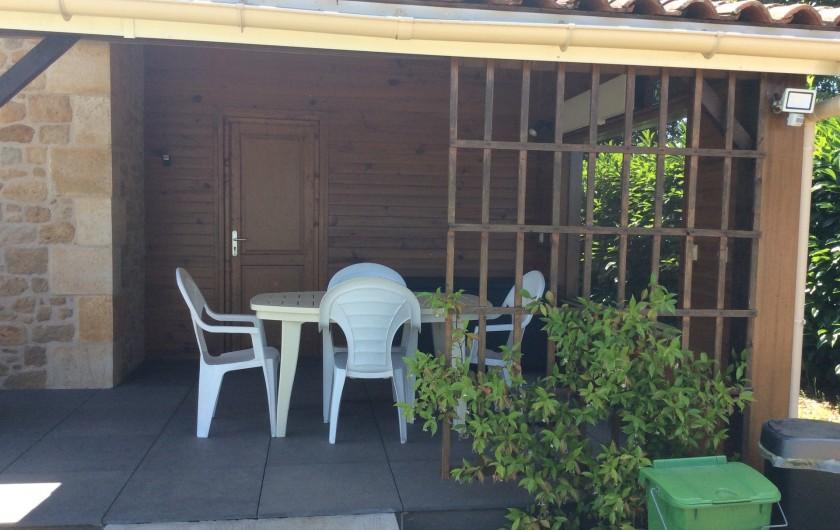 Location de vacances - Maison - Villa à Siorac-en-Périgord - Appenti et au fond la porte donnant sur la chambre supplémentaire
