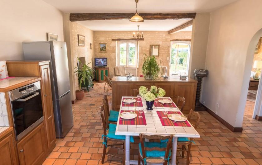 Location de vacances - Gîte à Nieul-sur-l'Autise - Salle à manger-cuisine ouverte sur le salon