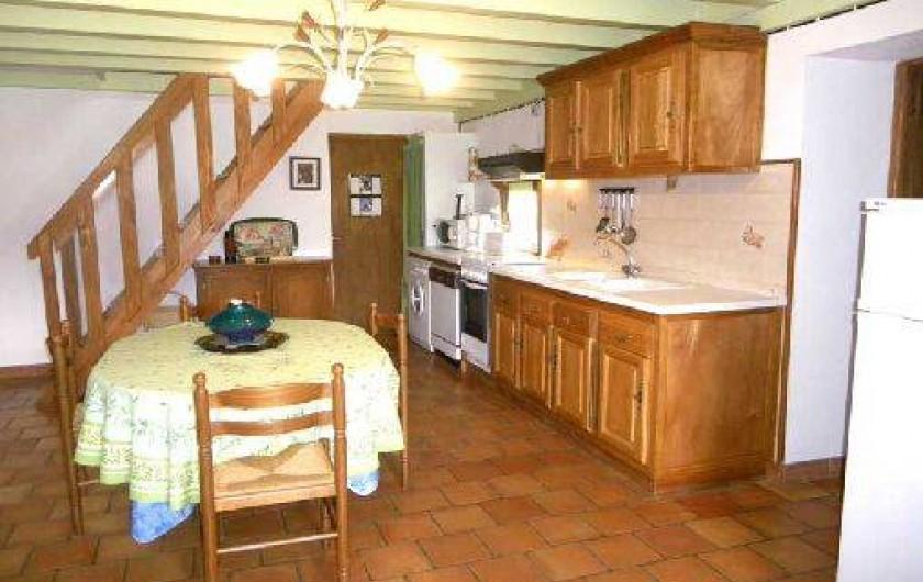 Location de vacances - Gîte à Piets-Plasence-Moustrou - Le coin cuisine avec l'escalier pour la chambre à l'étage