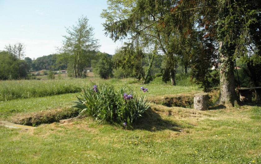 Location de vacances - Gîte à Piets-Plasence-Moustrou - Le champs en face du gîte et au delà du trop plein du bassin