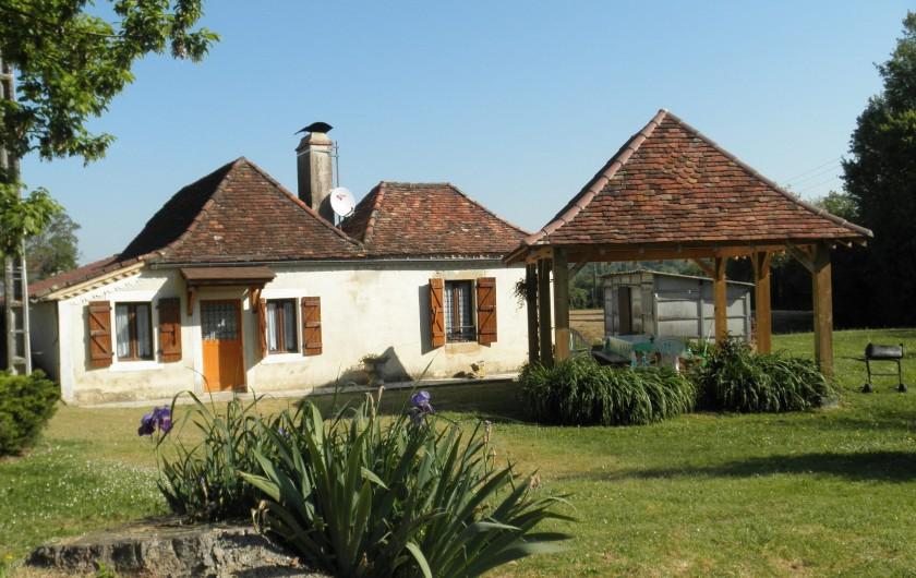 Location de vacances - Gîte à Piets-Plasence-Moustrou - devant du gîte avec tonnelle à coté