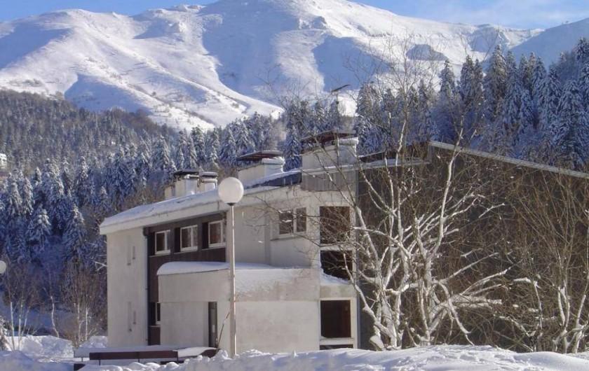 Location de vacances - Studio à Le Lioran - l'immeuble en decembre
