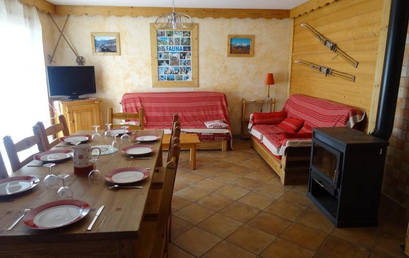 Location de vacances - Appartement à La Toussuire - salle de séjour spacieuse avec foyer pour d éventuelles flambées