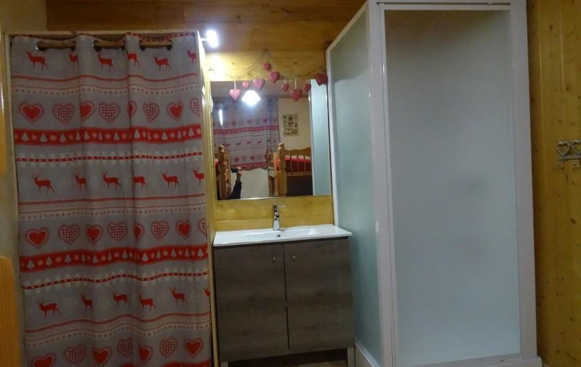 Location de vacances - Appartement à La Toussuire - espace douche , lavabo,rangements dans la seconde chambre