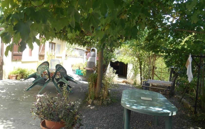 Location de vacances - Gîte à Quillan - Terrasse ombragée toute la journée