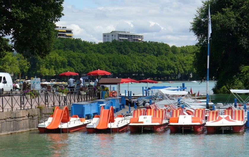 Location de vacances - Villa à Annecy - Le lac d'Annecy avec ses pédalos