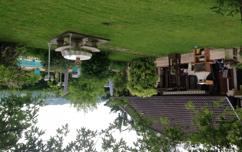 Location de vacances - Villa à Annecy - Vue jardin  de ma villa avec barbecue - table en pierre et la piscine