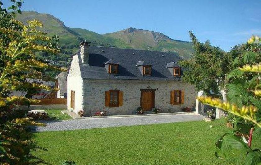 """Location de vacances - Gîte à Bun - La maison """"chez Larrang"""" vue du jardin"""
