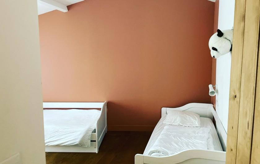 Location de vacances - Villa à La Brée-les-Bains - Chambre 4 lits simples et grand dressing