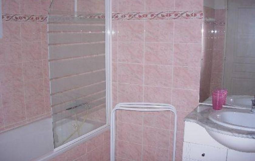 Location de vacances - Villa à Porto-Vecchio - SALLE DE BAIN : BAIGNOIRE ET LAVABO LES WC SONT À PART
