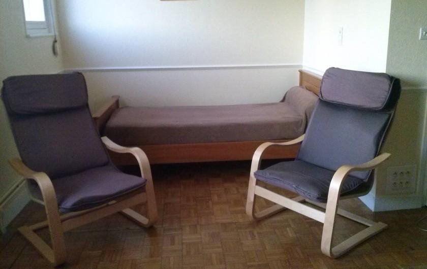 Location de vacances - Appartement à Belz - lit d'une personne donnant dans le salon