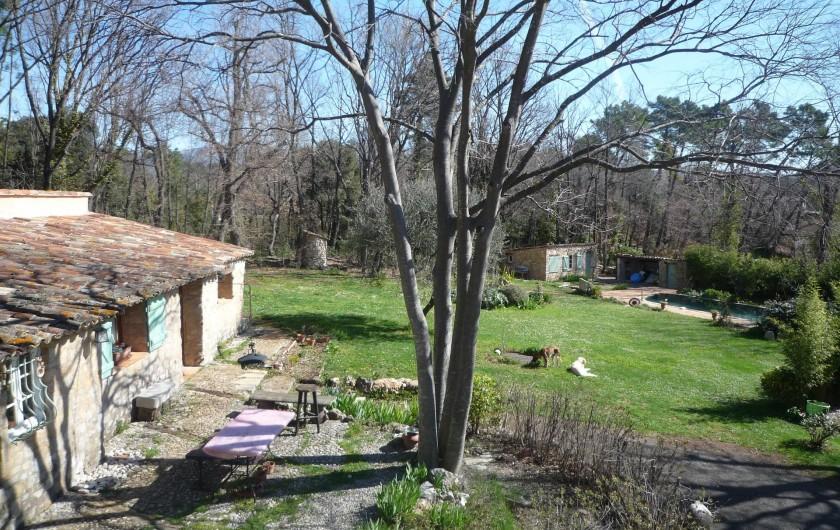 Location de vacances - Chambre d'hôtes à Montauroux - Jardin/ Vue terrasse chambre Autan