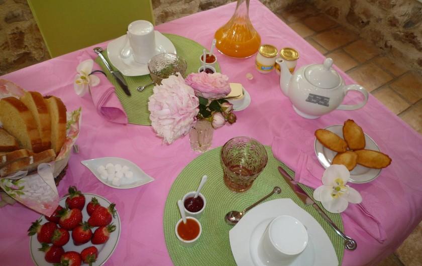 Location de vacances - Chambre d'hôtes à Montauroux - Le petit déjeuner un grand moment d'échange et de partage...