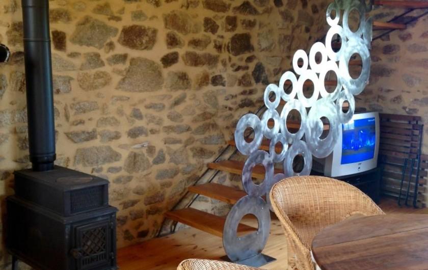 Location de vacances - Gîte à Champagnac-le-Vieux - poêle Jotul et escalier
