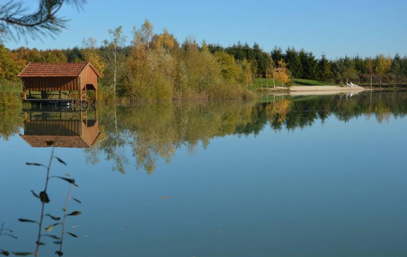 Location de vacances - Gîte à Varennes-Changy - L'étang et l'abri à bateau