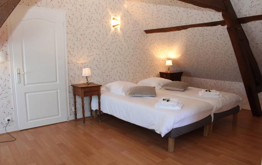Location de vacances - Gîte à Varennes-Changy - Chambre 3 : 3 lits 90×200 modulables en 1 lit double + 1 lit simple Sdb et wc