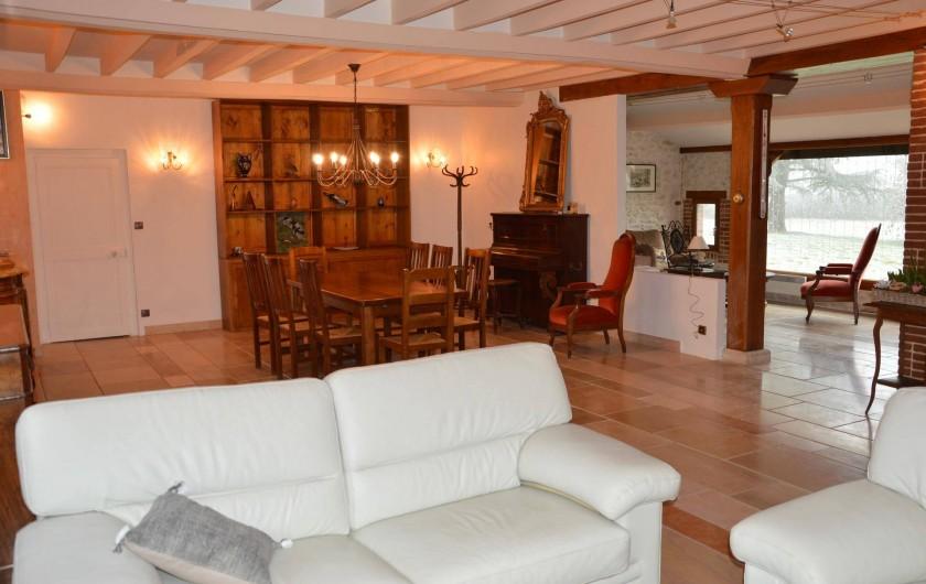 Location de vacances - Gîte à Varennes-Changy - La Salle à manger et le salon avec grande baie vitrée