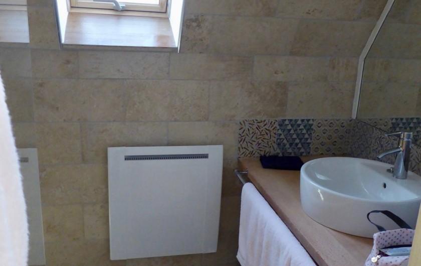 Location de vacances - Maison - Villa à Azincourt - Salle de bain 2 - 1er étage - 1 vasque et 1 douche à l'italienne.