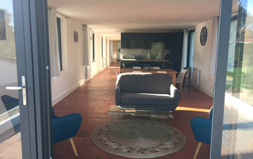 Location de vacances - Maison - Villa à Azincourt - Vue depuis la terrasse - salon, salle à manger cuisine, couloir