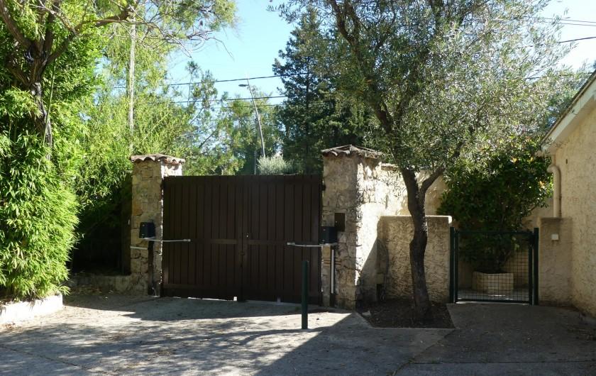 Location de vacances - Maison - Villa à Mandelieu-la-Napoule - Parking fermé privatif
