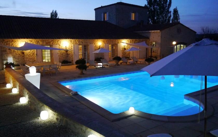 Location de vacances - Chambre d'hôtes à Pailloles - Vue d'ensemble et la piscine le soir