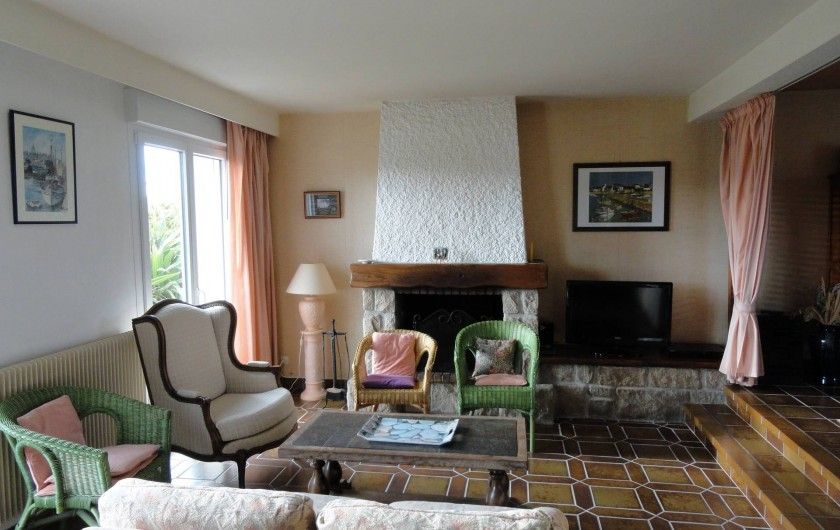 Location de vacances - Villa à Plougoulm - Salon avec cheminée