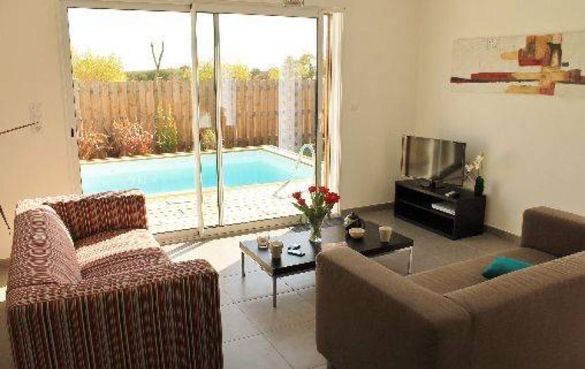 Location de vacances - Villa à Talmont-Saint-Hilaire - salon avec vue sur la piscine