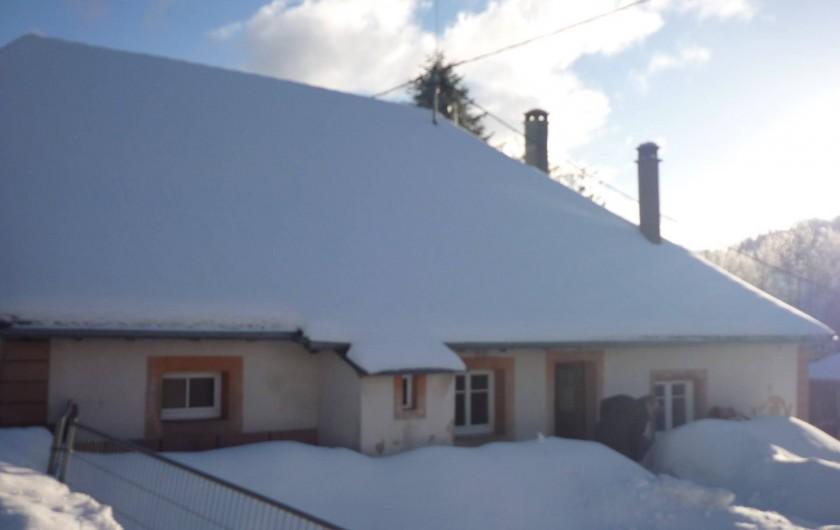Location de vacances - Gîte à Ranrupt - arrière de la maison l'hiver