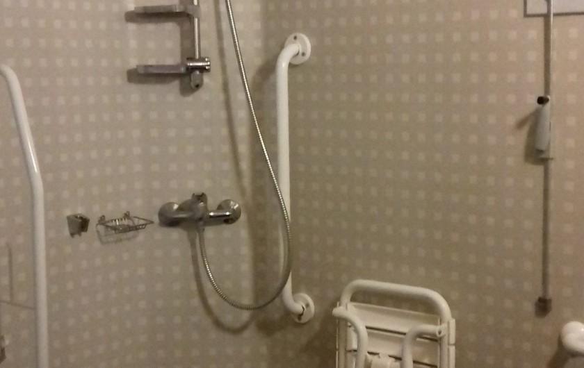 Location de vacances - Gîte à Crisolles - Gîte accessible - rez-de-chaussée - salle de bain