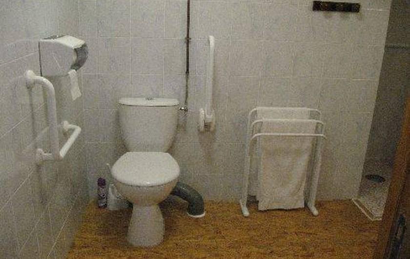 Location de vacances - Chambre d'hôtes à Charézier - WC Chambre handicapé