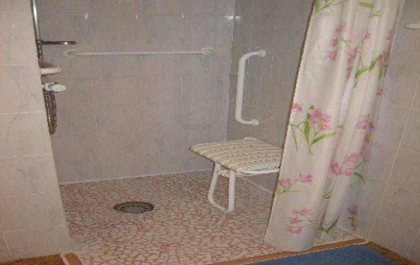 Location de vacances - Chambre d'hôtes à Charézier - Douche Chambre handicapé