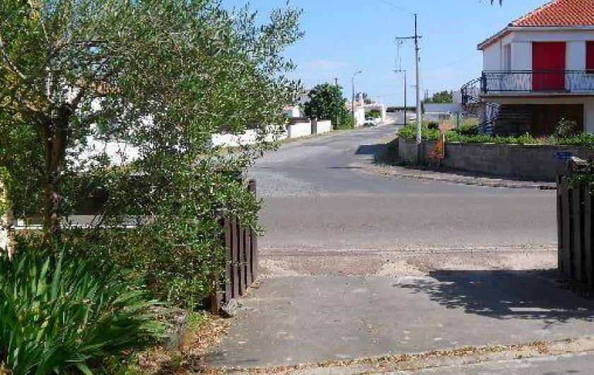 Location de vacances - Maison - Villa à La Guérinière - Rue menant à la plage en face de la villa accès à pied plage à 150 mètres